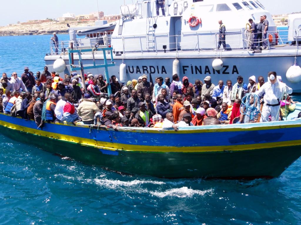 barcone carico di immigrati scortato da motovedetta gdf