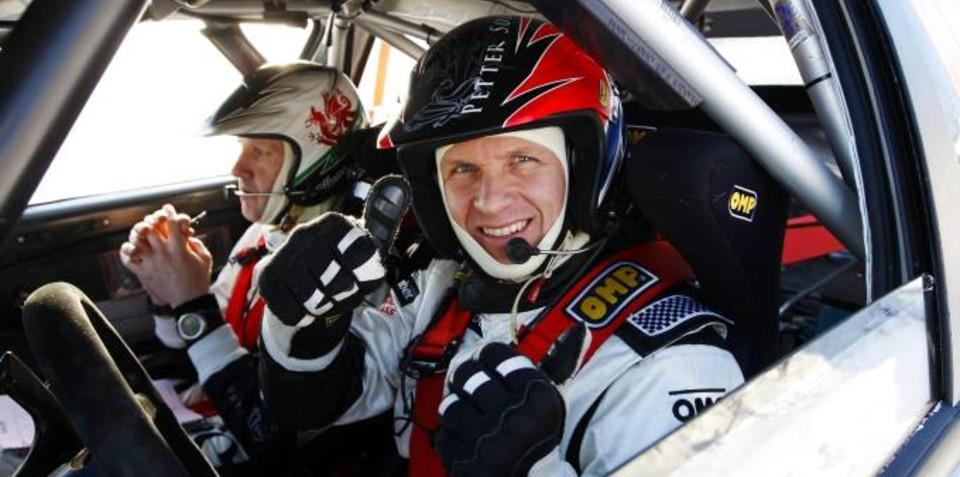 Pilota di rally con cinture di sicurezza