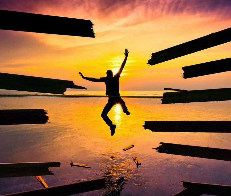 Uomo che salta in acqua libero