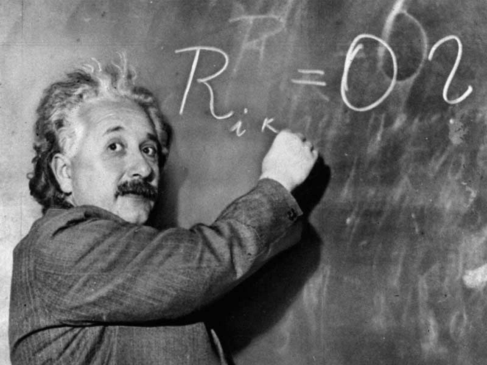 Foto di Albert Einstein alla lavagna
