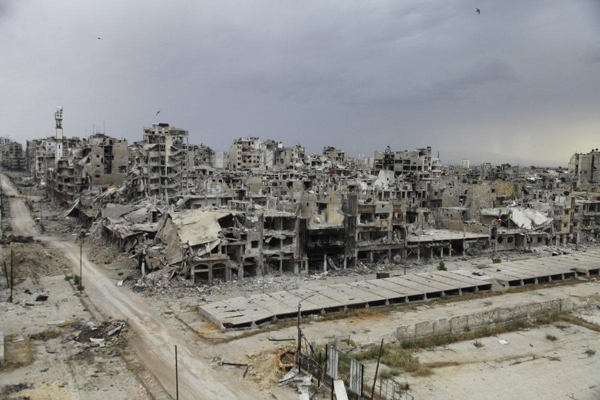 Panoramica di città distrutta dai bombardamenti in syria