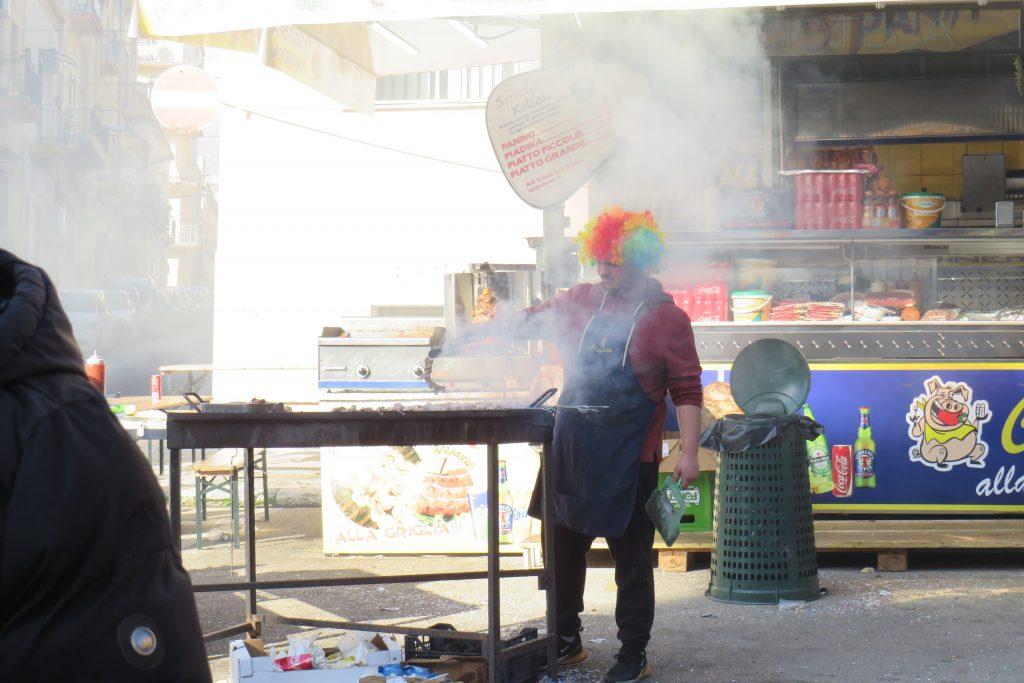 Uomo con parrucca carnevale che cuoce alla brace sciacca 20419