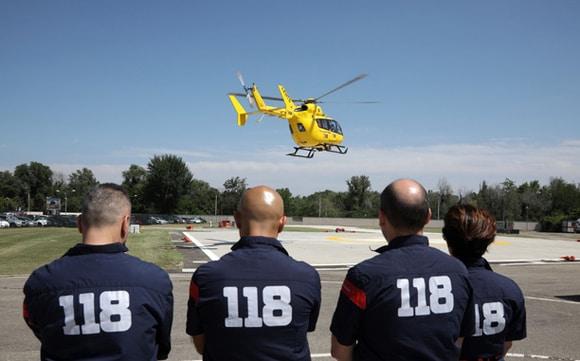 operatori del 118 durante atterraggio elisoccorso
