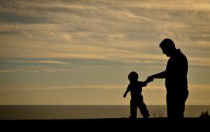 Padre e figlio che giocano al tramonto