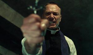 Ben Daniels in una scena della serie the exorcist