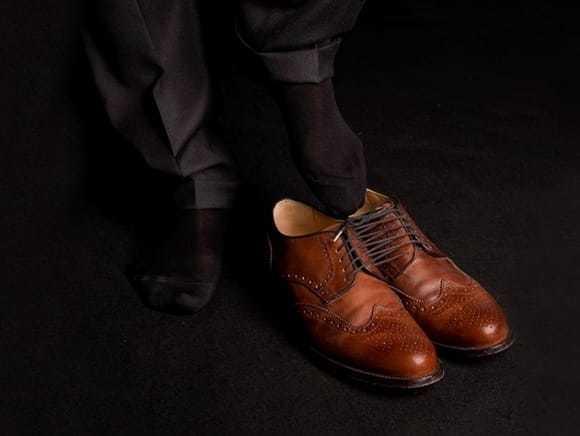 tentativo di indossare due scarpe in un piede