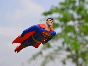 pupazzo superman che vola