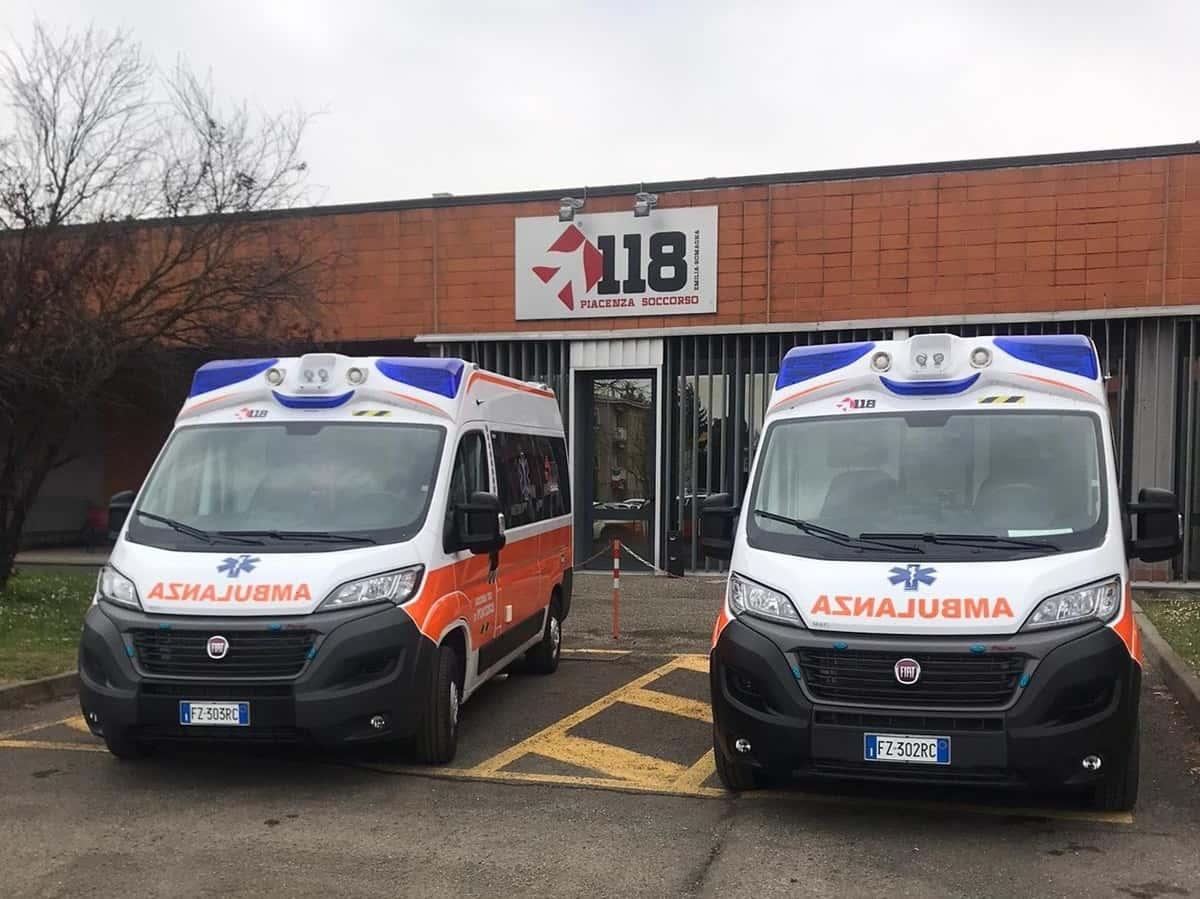 Due ambulanze in sosta di fronte alla sede del servizio di emergenza territoriale